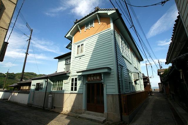 ブルーの下見板張りが鮮やかな、洋館建築の越智医院 昭和初期まで遊興の地... 閑古鳥旅行社 −