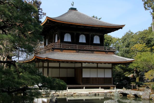 一層目と二層目で建築様式が異なる銀閣 慈照寺の庭園は錦鏡池を中心とした... 閑古鳥旅行社 −