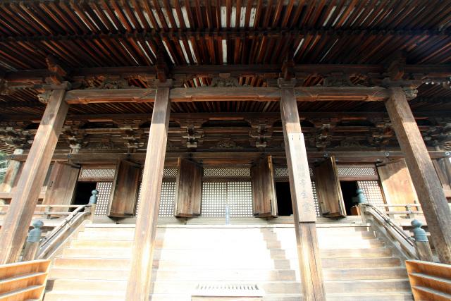 正面から見る園城寺金堂 故に、現在園城寺に存在する建造物は、桃山時代の... 閑古鳥旅行社 −